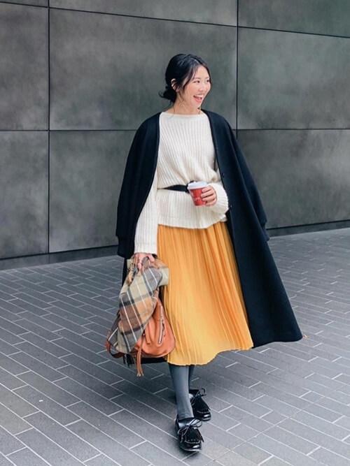 イエロープリーツスカート×黒ドレスシューズのコーデ画像