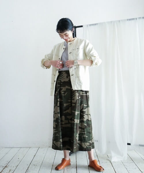 白デニムジャケット×カモフラフレアスカートの大人コーデ画像