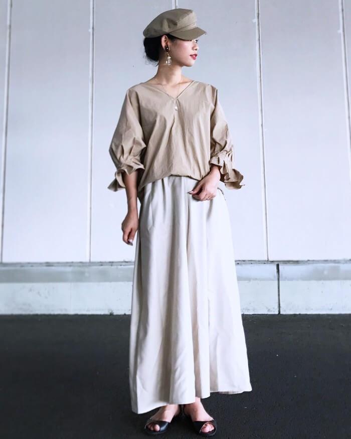 ベージュボリュームスリーブブラウス×白ロングスカートのコーデ画像