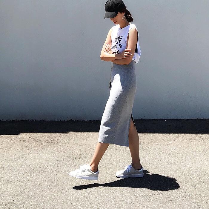 白ノースリーブとライトグレースカートのコーデ画像