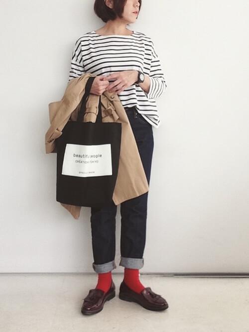 茶色タッセルローファー×赤靴下×ボーダーカットソーの靴下コーデ画像