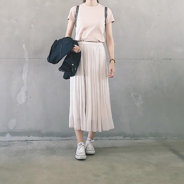 ペールピンクの無地Tシャツ×白プリーツスカートのコーデ画像