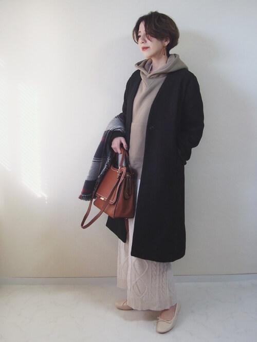 茶色パーカー×白ロングニットスカートのコーデ画像