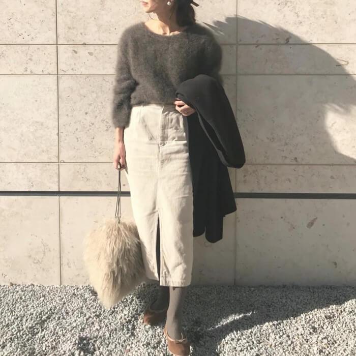 グレーのモヘアニット×コーデュロイタイトスカートのコーデ画像