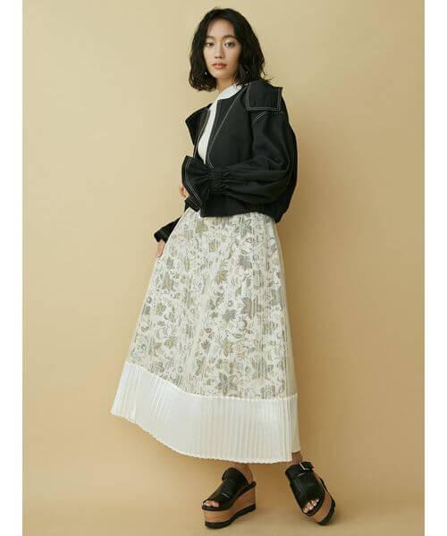 ラブリー花柄シースルースカート×黒のコーデ画像