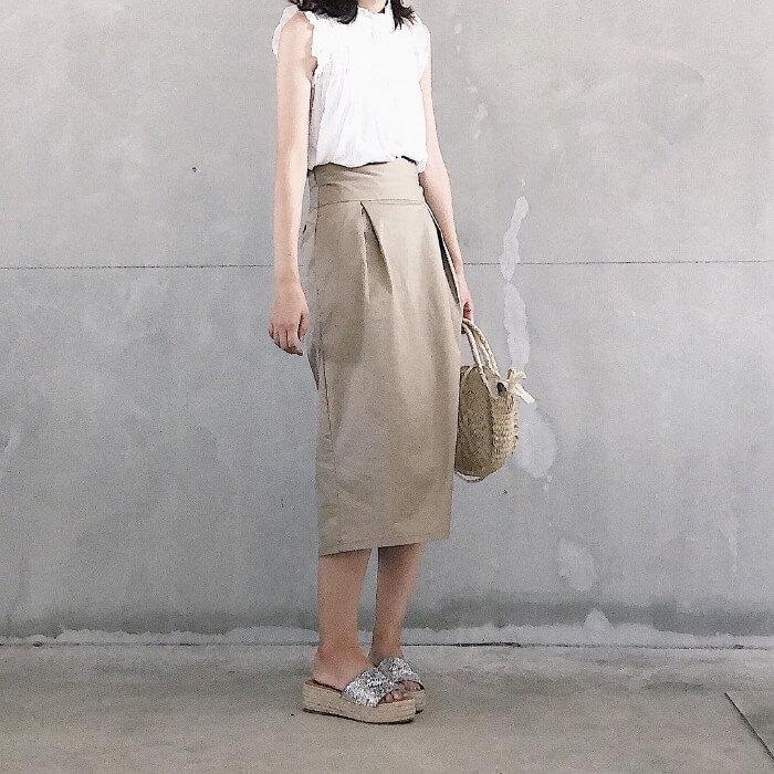 白タンクトップ×ベージュタイトスカートのコーデ画像