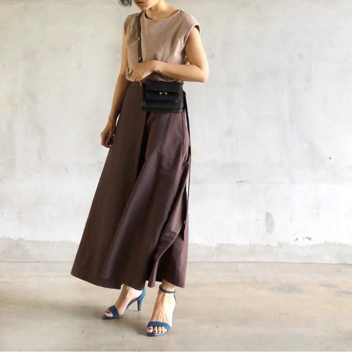 ベージュスウェット×茶色フレアスカートのワントーンコーデのコーデ画像