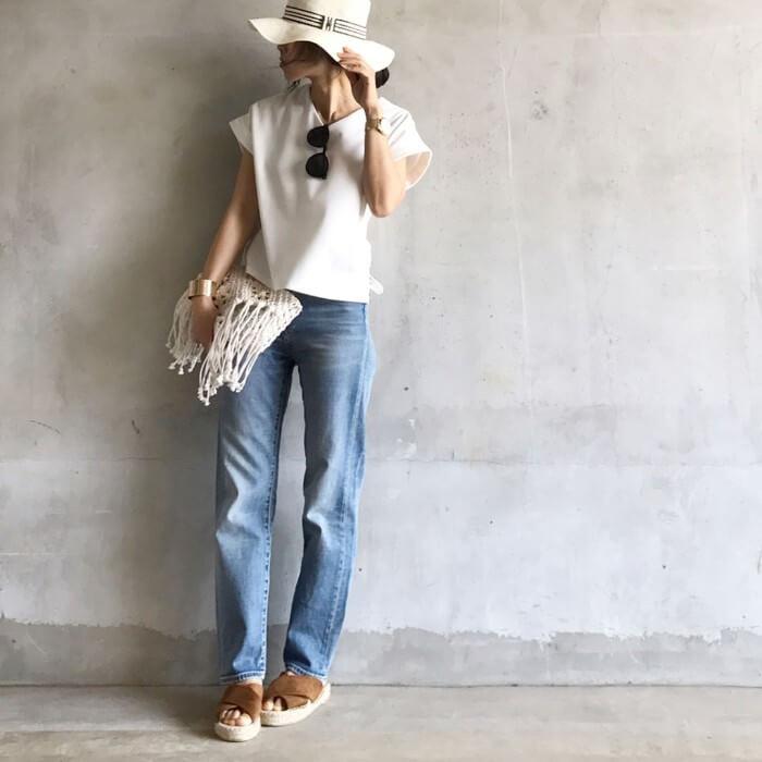 ガルボハット×白Tシャツ×デニムパンツのコーデ画像