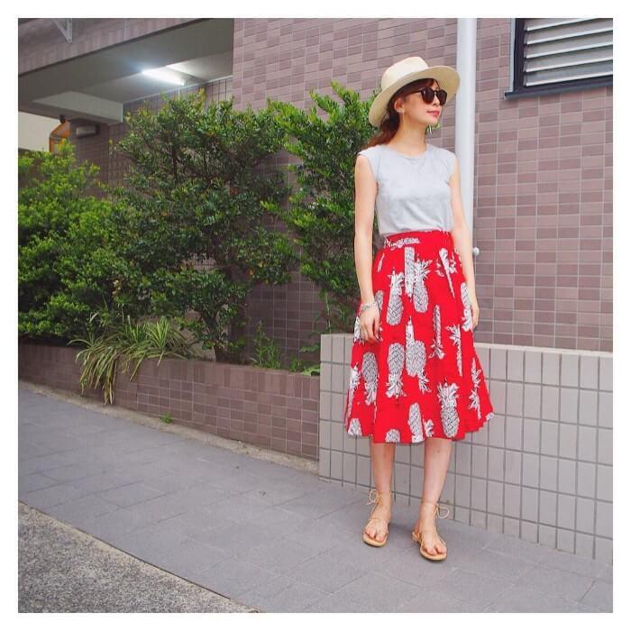 グレーノースリーブ×赤スカートのコーデ画像