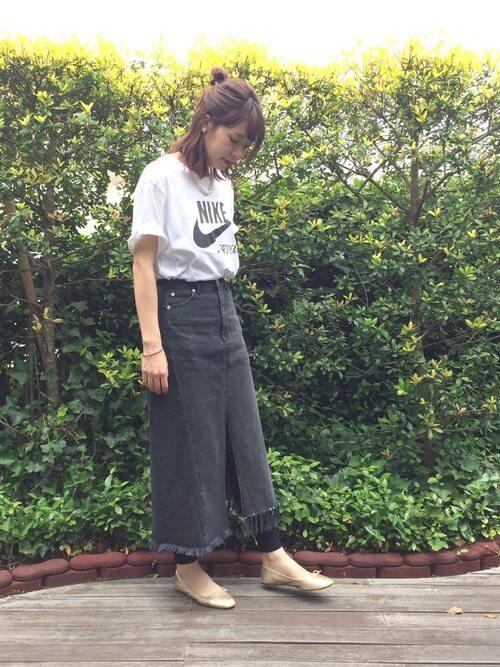 ロングデニムスカート×黒レギンスのコーデ画像