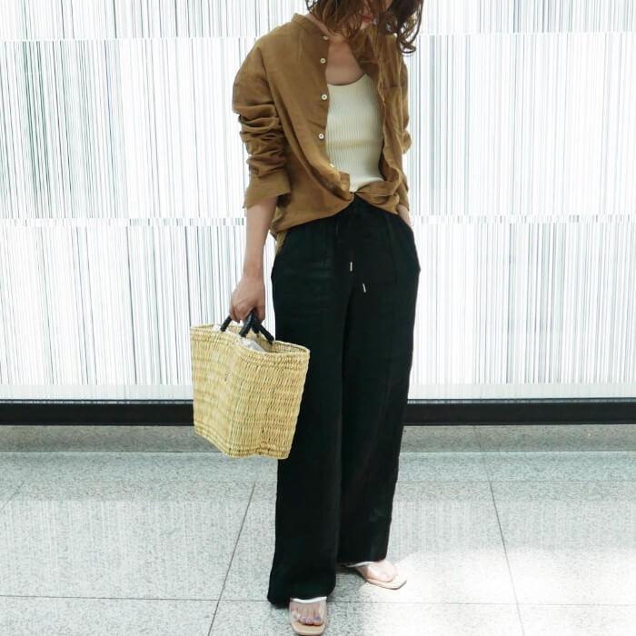 茶色リネンシャツ×黒ワイドパンツのコーデ画像
