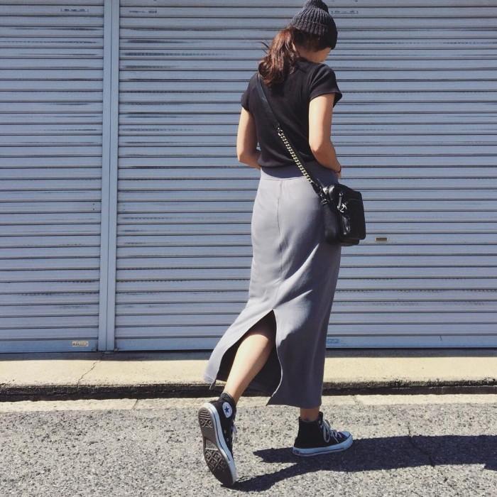 黒Tシャツ×グレースリットスカートのコーデ画像