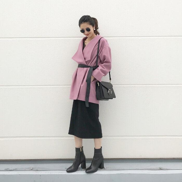 ラベンダーカラーのコート×黒スカートのコーデ画像