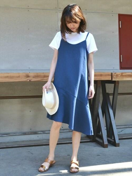 ブルーのキャミワンピ×白Tシャツ