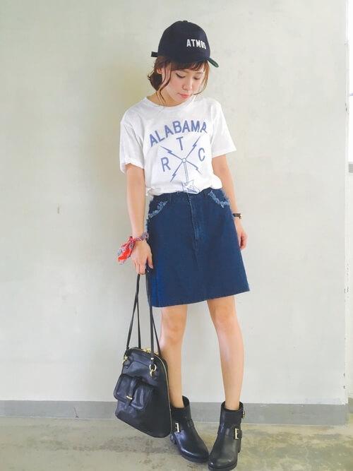 白Tシャツ×デニムミニスカート×エンジニアブーツのコーデ画像