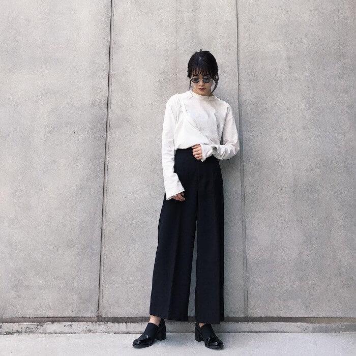 白ロングTシャツ×黒ワイドパンツのコーデ画像