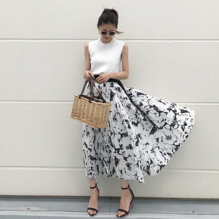 花柄ロングスカートと黒のヌーディーサンダルのコーデ画像