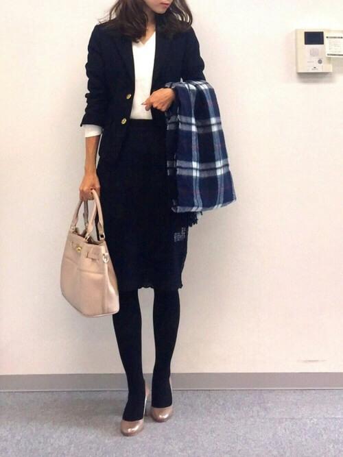 黒ジャケット×白トップス×黒スカートのコーデ画像