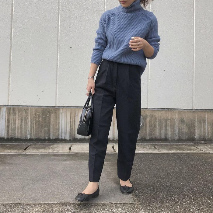 青ニット×黒パンツのコーデ画像