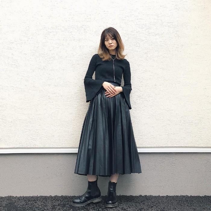 レザープリーツスカートのオールブラックコーデ画像