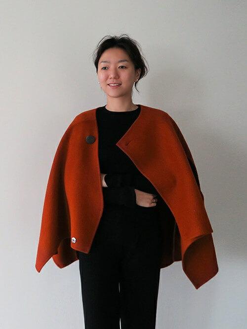 気軽に羽織れるショート丈ケープコートのコーデ写真