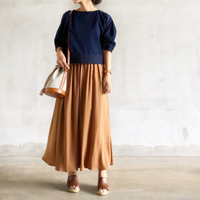 ネイビーブラウス×ブラウンロングスカートのコーデ画像