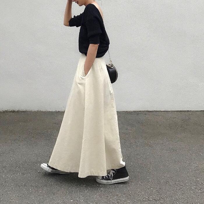 黒カットソー×白コーデュロイスカートのコーデ画像
