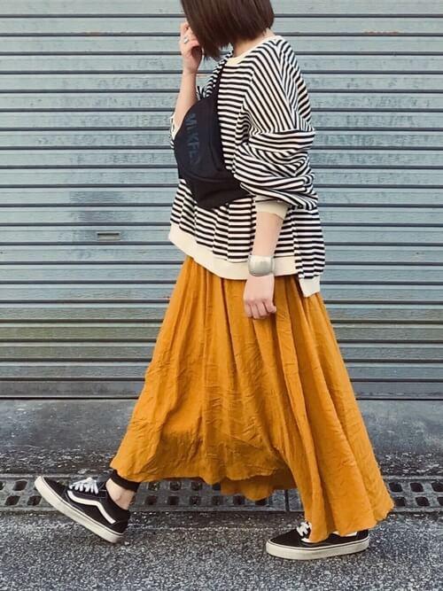 イエローフレアスカート×「ブラック」VANSオールドスクールのコーデ画像