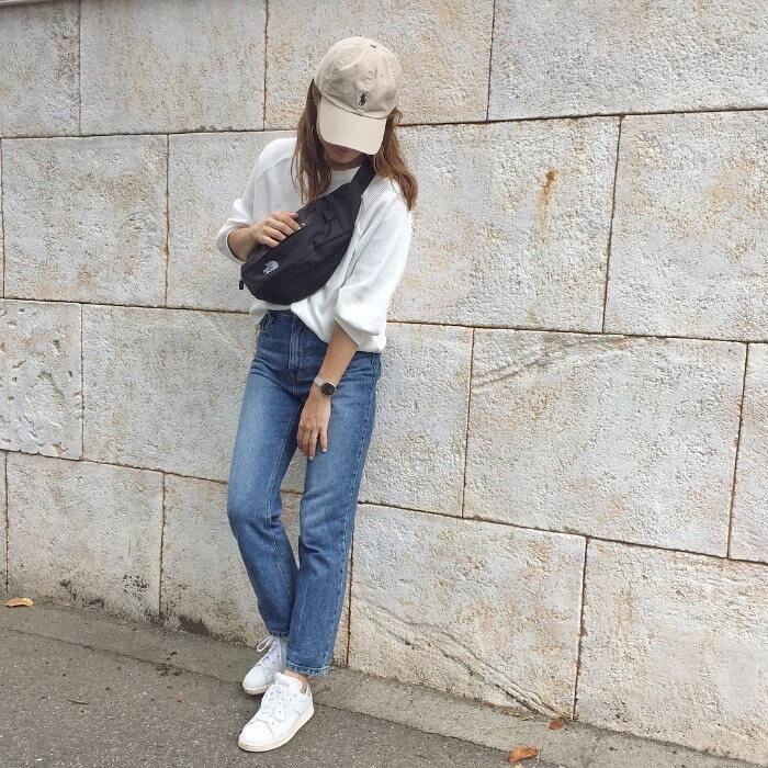白Tとジーンズのスニーカーのコーデ画像