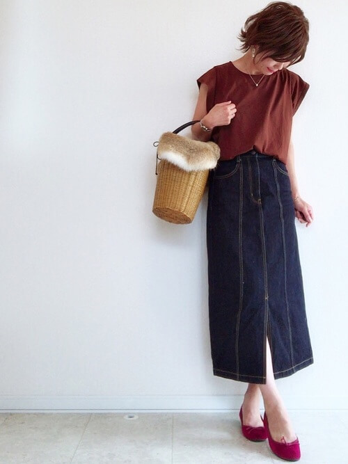 ブラウンカットソー×ネイビータイトスカートコーデ画像