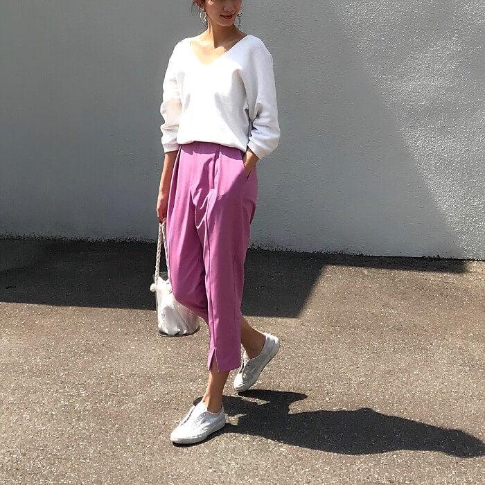 白ニット×ピンクテーパードパンツのコーデ画像