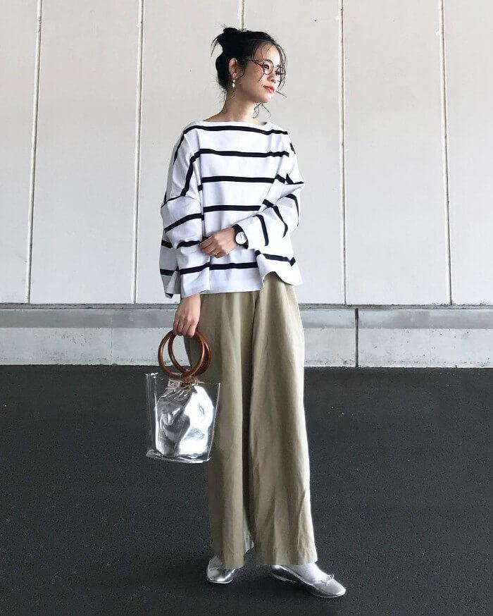 ベージュワイドパンツ×ボーダーロングTシャツのコーデ画像