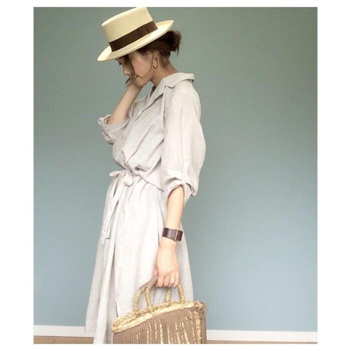 ベルト付きアイボリーシャツワンピース×カンカン帽のコーデ画像