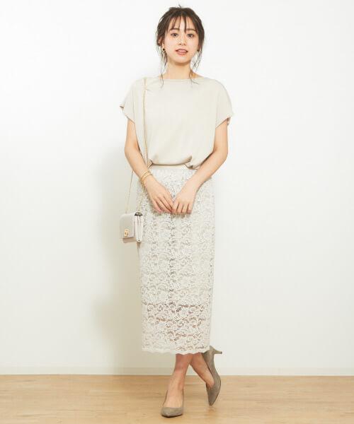 白プルオーバー×ライトグレーレースタイトスカートのコーデ画像