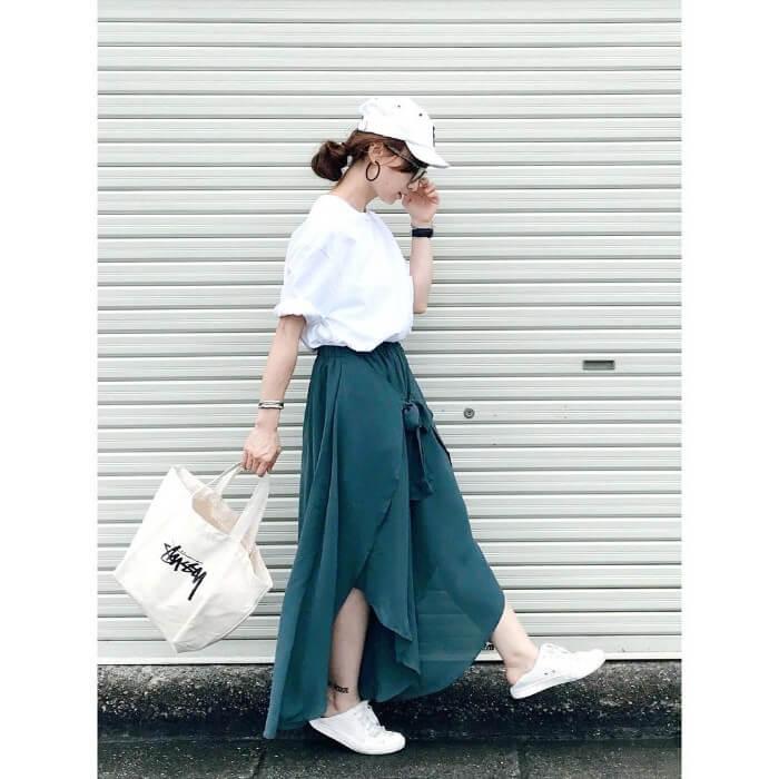 ピーコックグリーンのスリットロングスカートと白トップスのコーデ画像
