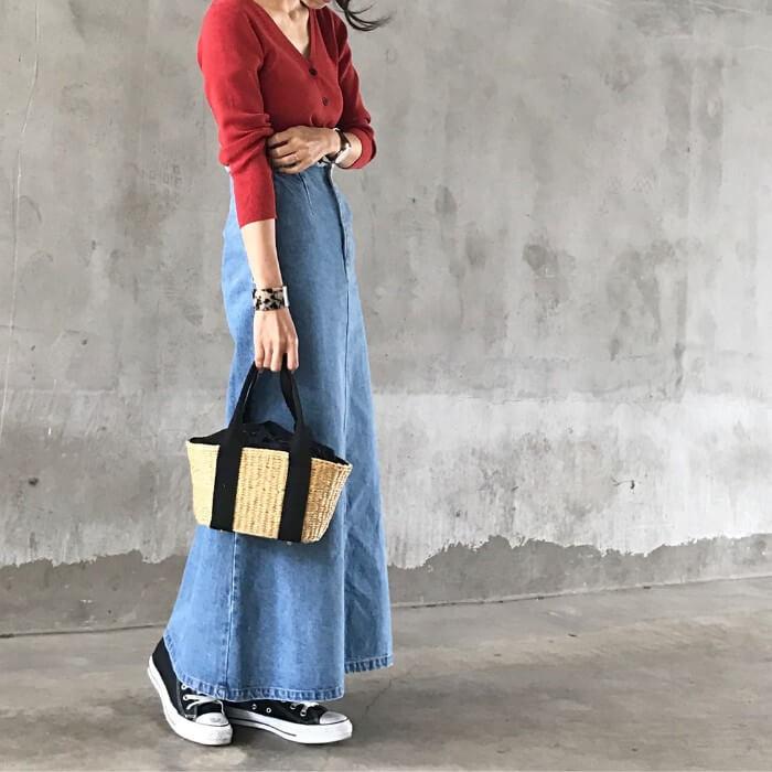 赤ニットカーデ×デニムロングスカートのコーデ画像