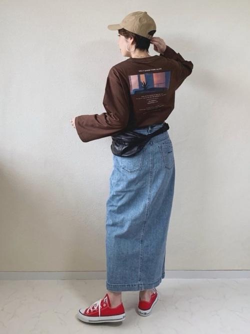 ブラウンプリントTシャツ×ロングデニムスカートのコーデ画像