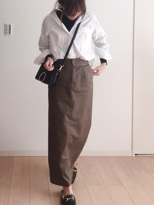 白シャツ×黒タートルネック×ブラウンタイトスカートのコーデ画像