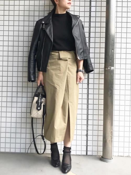 ライダースジャケット×黒トップス×ベージュペンシルスカートのコーデ画像