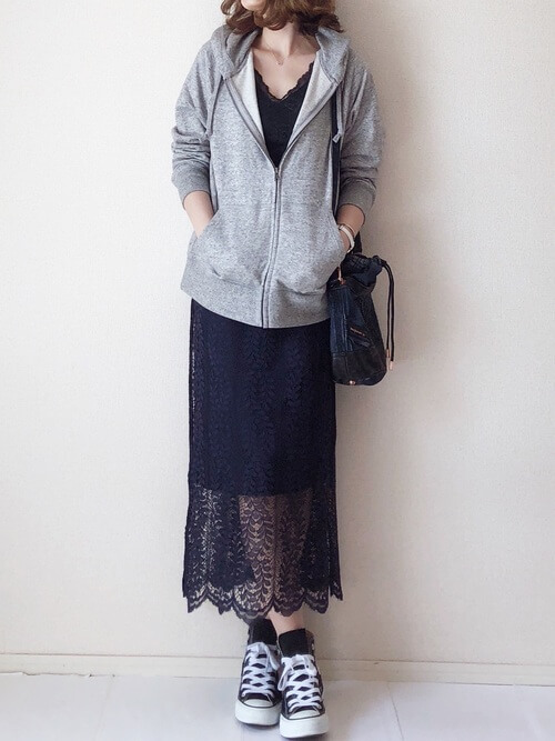 ネイビーレースタイトスカート×カジュアルコーデのコーデ画像