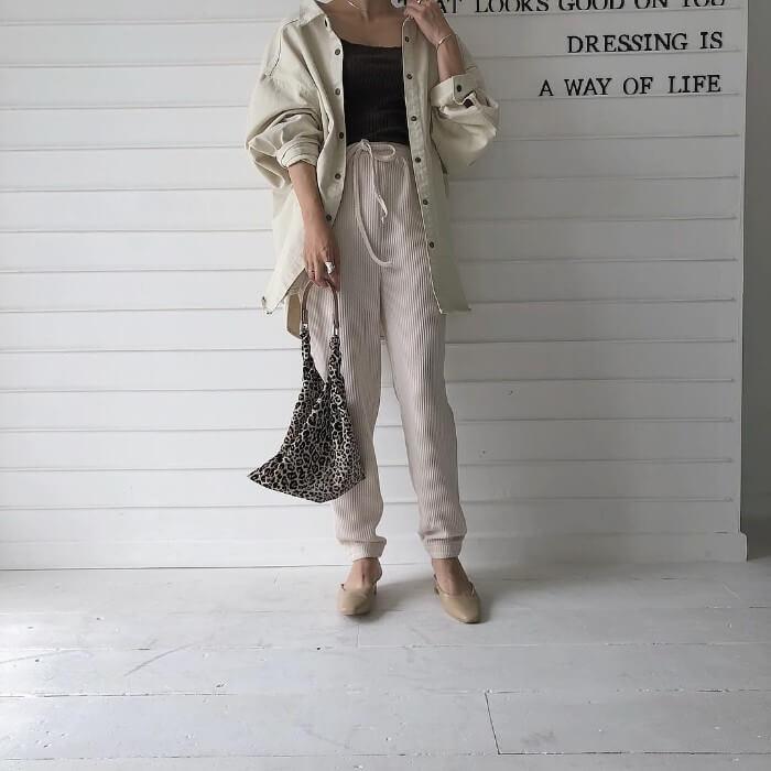白デニムジャケットと白スウェットパンツの画像