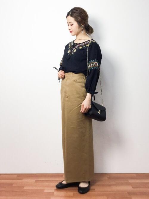 カフタンブラウス×マキシ丈ベージュタイトスカートのコーデ画像