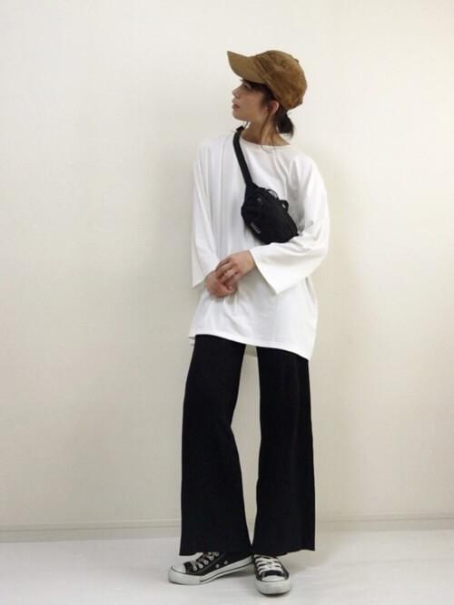 ブラウンキャップ×白ロンT×黒ワイドパンツの帽子コーデ画像