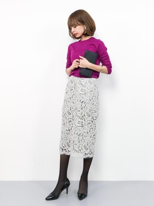 パープルニット×ライトグレーレースタイトスカートのコーデ画像