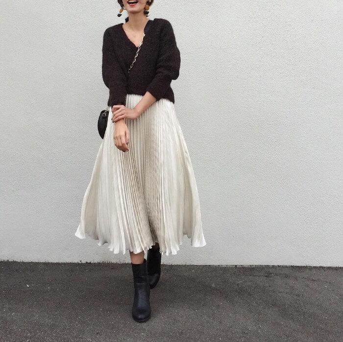 黒Vニット×ロングプリーツスカートのコーデ画像