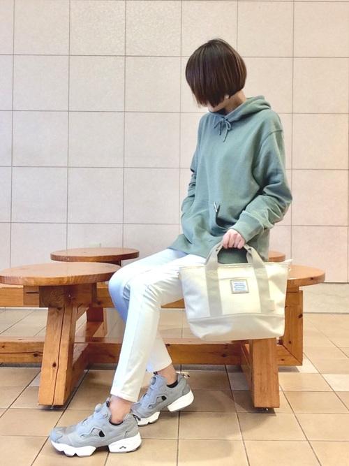 アイスグリーンパーカー×白パンツ×ポンプフューリーのコーデ画像
