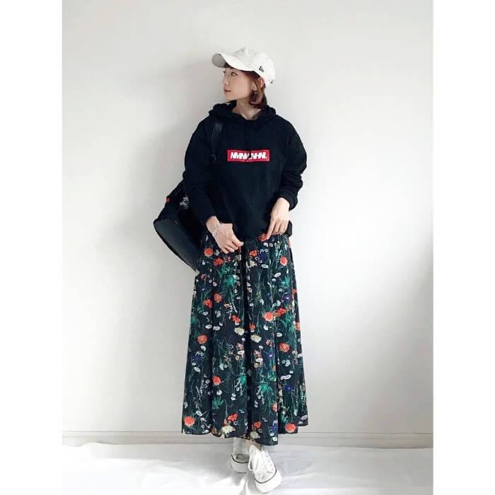 カラフル花柄フレアスカートのスポーツMIXコーデ画像