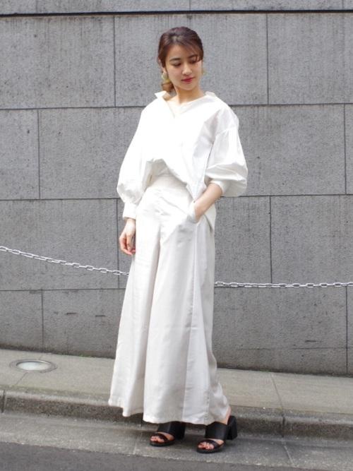 白のスキッパーシャツと白ラインパンツのコーデ画像