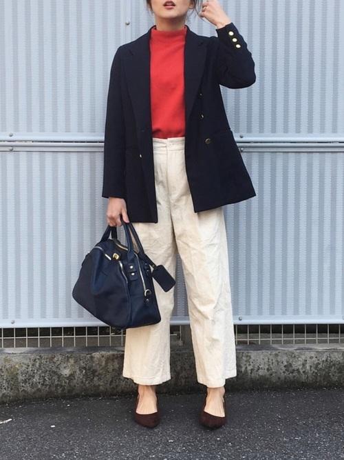 紺ブレ×白コーデュロイパンツのコーデ画像