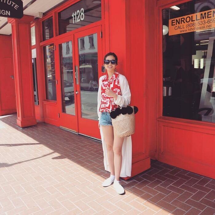 ヴィヴィッドレッドのアロハシャツとデニムのショートパンツのコーデ画像